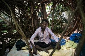 Idriss est un migrant. Il vit au Bois Dormoy, un jardin partagé, ouvert par l'association depuis 2 jours suite aux violences contre les migrants à Paris en juin 2015. Il ne parle ni français, ni anglais. Publié dans StreetPress