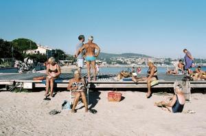 Septembre 2013, Balaruc-Les-Bains (34), France. Balaruc-Les-Bains est une ville thermale du Sud de la France située à une trentaine de kilomètres de Montpellier, entre la mer Méditerranée et l'étang de Thau. Des retraités de milieux populaires et des classes moyennes viennent chaque année y suivre des cures pour soigner leurs rhumatismes. Les soins ont lieu le matin. L'après-midi, ils vont à la plage, jouent à la pétanque ou au casino et boivent un verre dans un des bars de la promenade. Ils résident au camping municipal ou dans des petits appartements saisonniers. Leur séjour dans cette station au look des années 1970 estleur parenthèse dorée de l'année.