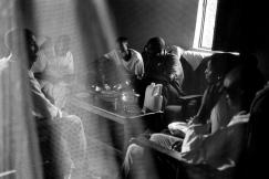 Umugudu de Ndera. Alice, Jean de Dieu, Didier, Martin, Cadette et Sandrine constituent une famille d'orphelins. Frère et sœur, leurs parents ont été tués durant le génocide. Ils ont d'abord été en orphelinat. Depuis quatre ans, ils vivent ensemble dans cette maison qui leur a été donnée. Outre cette pièce principale, elle ne comprend que deux chambres.
