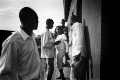 Kamonyi. Un village d'adolescents construit par une ONG, la SAF. La construction a été financée, mais ils ne possèdent pratiquement aucun meuble. Ces enfants ont échappé aux massacres soit parce qu'ils ont été cachés, soit parce que seuls, jeunes et en errance dans le pays, nul ne pouvait dire s'ils étaient hutus ou tutsis.