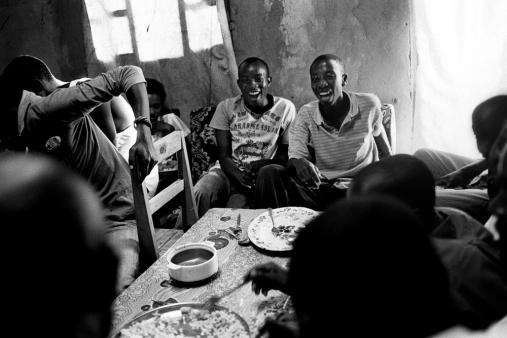 Le dimanche après la messe, les orphelins se retrouvent et organisent un repas. Un jeu basé sur la religion évangélique prend place dans l'après midi.