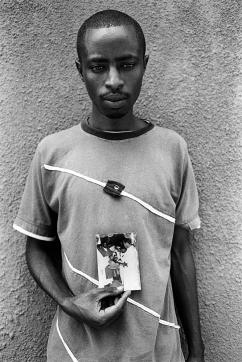 Eulade a perdu ses parents durant le génocide. Il tient une photographie de son baptême où figurent son père et le prêtre qui les a trahis. Il leur a offert protection dans son église et a laissé entrer les génocidaires lorsqu'ils sont arrivés. Eulade a retrouvé son frère par hasard dans un orphelinat. Ils vivent aujourd'hui dans la même maison de l'umugudu de Kamonyi.