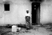 Kamonyi. A côté de l'umugudu des orphelins se trouvent celui des veuves. Une d'entre-elles trie ici les haricots.
