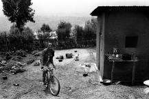 Dans la cour d'une des maisons de Kamonyi. Ici se déroule toutes les activités : on se lave, on y fait la cuisine, la vaisselle et on y cultive l'indodo, une plante vivrière. Tous les jours les adolescents mangent le même repas : de l'indodo bouilli avec de la pâte de manioc. Ce n'est pas comme cela que l'on cuisine cette plante. Le problème de la transmission se pose.