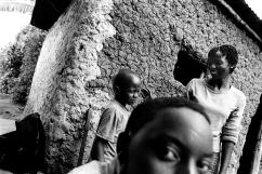 Dans une cour de Ndera, Boy, trois ans, est le fils d'une orpheline, Alice. Pour cette génération, le problème de la transmission des principes éducatifs se pose plus que jamais. Les grands-parents ne sont plus là pour conseiller les jeunes pères et mères.