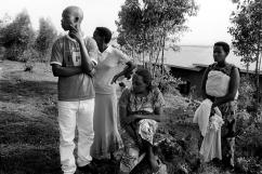 A Kamonyi, ils sont un peu plus de 70 orphelins et ne reçoivent le soutien d'absolument aucun adulte. Pour s'entraider, les orphelins ont constitués une association nommée « Imararungu » qui signifie « s'aimer ensemble pour se battre contre les problèmes ». Au centre, la présidente.