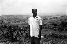 """Jean Baptiste au dessus d'un des champs de café de l'association """"Imararungu"""". C'est un des moyens de subsistance qui leur ont été donné."""