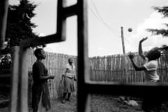 Françoise, à gauche, est née à la suite d'un viol. Elle est séropositive. Son oncle, Simba, est un père exemplaire. Il l'a adoptée et prend soin d'elle comme de sa propre fille. Il lui a payé pendant des années le traitement antirétroviral (à présent gratuit) et continue à payer son école privée. Elle joue ici avec ses cousines.