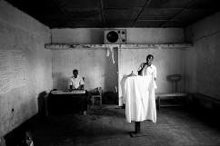 A l'Eglise Evangélique de Ndera, Jean de Dieu et Didier animent la messe en chantant. Cette religion est arrivée dans le district il y a environ deux ans. De nombreux rescapés se convertissent suite à l'attitude l'Eglise catholique durant le génocide.
