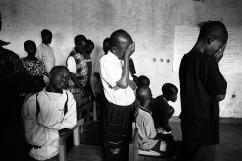 Des enfants qui n'ont pas connu le génocide prient.