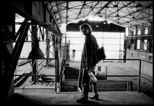 A la sortie de sa « chambre », Mathieu arrive dans cette ancienne usine. Il part chercher de l'eau.