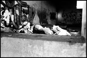 Giuseppe vit dans une ancienne station service. Très affecté psychologiquement, il stocke dans le même endroit nourriture et déchets.