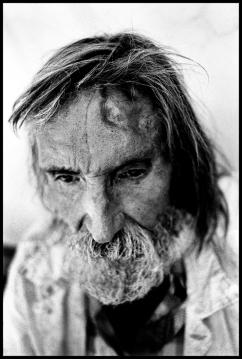 Francis a été retrouvé mort de froid dans un parking durant le mois de décembre. Il possédait une retraite confortable. Les marques sur son visage corresponde à une de ses tentatives de suicide. Il a sauté du haut d'un immeuble. Sa femme est partie. Il est désespéré.