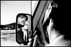 Christophe se rase sur un parking. Il vit aujourd'hui en appartement. Il a été soutenu par sa compagne pendant des mois lorsqu'il a arrêté l'alcool.