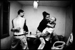 A la tombée de la nuit, Maria, Stéphane, Slawek et sa copine danse dans le squat de l'ancienne usine.