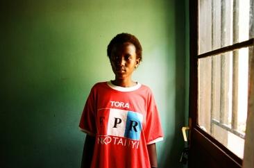 Florence, 18 ans, vit à Kamonyi à une 1H30 de la capitale. Lorsque les orphelins ont grandi, il a fallu trouver une solution pour les loger. Ils n'avaient aucun bien, ceux-ci ayant été détruits ou pillés durant les massacres. L'Etat et certaines ONG ont alors construit des quartiers pour les orphelins et les veuves, les umugudu. Florence vit dans un de ses « villages ». Elle partage une maison avec trois autres adolescents. Elle porte un T-Shirt du FPR, le Front Patriotique Rwandais, qui arrêta le génocide par son intervention depuis l'Ouganda. C'est aujourd'hui le parti au pouvoir.