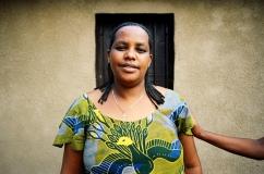 Béatha a été violée durant le génocide à l'aide d'instruments agraires afin qu'elle ne puisse plus avoir d'enfants. Les agressions sexuelles étaient utilisées comme arme de guerre. Le but était d'empêcher toute possibilité de descendance pour procéder à l'élimination d'une partie de la population, les Tutsi. Très affaiblie psychologiquement, elle est soutenue par Appui Rwanda. Elle habite cette maison avec ses trois enfants.