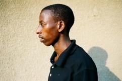 Jean-de-Dieu vit à Ndera avec ses frères et sœurs. Après l'orphelinat, ils se sont regroupés dans une maisonnette de l'umugudu qui leur a été donné. Ils ont également décidé d'accueillir Martin, un autre orphelin. Aucun adulte n'a vécu avec eux pendant des années.