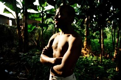 Martin, 20 ans, vit avec la fratrie de Ndera. Suite au génocide, le nouveau mari de sa mère n'a pas voulu de lui. Il a été abandonné. Il a connu Alice et les autres frères et sœurs à l'orphelinat. Ils l'ont accepté.