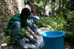Ahmed lave son linge au Bois Dormay