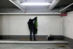 Préparation du couchage : un carton caché dans un recoin et un duvet.