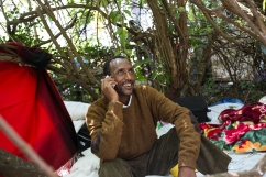 """Mohammed est éthiopien. Il fait parti du groupe des Oromos, différent de celui du gouvernement. """"J'ai été emprisonné 3 fois : 2 mois et 2 fois 4 mois. J'ai peur pour ma vie là-bas. """" Il était maçon en Ethiopie. Il espère obtenir des papiers pour travailler. Il n'a ni famille, ni ami ici."""