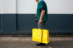 Derrière les sorties de secours se trouvent des espaces à l'air libre où sont les poubelles. Antonio met les sandwichs dans un sac luxueux trouvé. Il marche incognito dans la foule du centre commercial.
