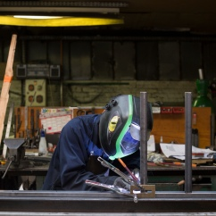 Yves, 55 ans, est tolier soudeur à la métallerie Grésillon depuis 25 ans.