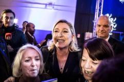 2 décembre 2015, Nîmes (Gard). Marine Le Pen est prise en photo avec des militantes à son dernier meeting et celui de Louis Alliot à Nîmes dans le Gard dans le cadre des régionales Languedoc-Roussillon Midi-Pyrénées.