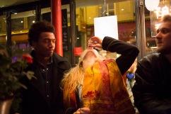 6 novembre 2015, Paris, FRANCE. Iris est une militante de l'Action Française, un groupe royaliste et nationaliste. Elle boit un shot de vodka dans un bar à côté des locaux de l'Action Française. Le jeune homme de gauche, qui n'est pas de l'Action Française, la drague. Les garçons du mouvement le surveille de temps à autres. Tous les vendredis, les jeunes militants se retrouvent pour un cercle de lecture et sortent ensuite ensemble, comme tous les jeunes de leurs âges.