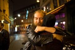 6 novembre 2015, Paris, FRANCE. Antoine serre Fabien dans ses bras à une heure du matin dans les rues de Paris. Ils sont tous les deux militants de l'Action Française, un groupe royaliste et nationaliste. Les jeunes militants sortent le vendredi soir comme tous les jeunes de leur âge.