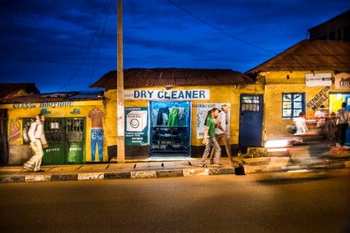 5 décembre 2016, Kigali, RWANDA. La façade d'une boutique de pressing dans la rue la nuit à Kigali au Rwanda, quartier Nyamirambo.