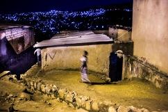 5 décembre 2016, Kigali, RWANDA. Vie dans la rue la nuit à Kigali au Rwanda, quartier Nyamirambo. La ruelle descend vers des quartiers populaires proches de l'état de bidonville.