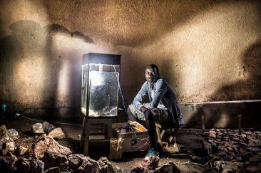 13 décembre 2016, Kigali, RWANDA. Un vendeur de popo corn dans le quartier populaire de Nyamirambo à Kigali.