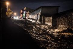 13 décembre 2016, Kigali, RWANDA. Une voiture dans le quartier populaire de Nyamirambo à Kigali à la tombée de la nuit.