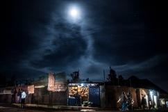 13 décembre 2016, Kigali, RWANDA. Une boutique dans le quartier populaire de Nyamirambo à Kigali à la tombée de la nuit.