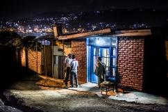 14 décembre 2016, Kigali, RWANDA. Une boutique dans le quartier populaire de Nyabugogo à Kigali à la tombée de la nuit.