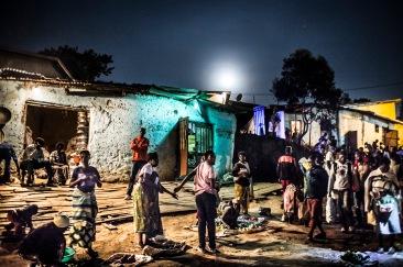 14 décembre 2016, Kigali, RWANDA. Un marché informel dans le quartier populaire de Nyabugogo à Kigali à la tombée de la nuit.