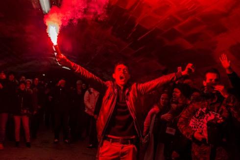 14 janvier 2017, Paris, FRANCE. John, qui tient la torche, est un militant de Génération Identitaire. Avec ses camarades, ils marchent sur les quais de Paris pour se rendre au point de départ de la manifestation de Paris fierté, une association qui émane de Génération Identitaire. La marche se déroule en l'honneur de Sainte-Geneviève patronne de la ville de Paris. Les slogans portent sur la défense de l'identité de Paris face à l'Islam. Un salut nazi peut-être observé sur la droite de l'image.