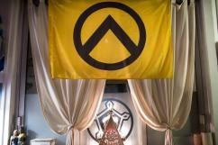 6 janvier 2017, Lille (59), FRANCE. Drapeau de Génération Identitaire dans les locaux de la Citadelle à Lille. Il est composé du signe du lambda grec qui se trouvait sur les boucliers des guerriers spartiates qui ont repoussé les barbares perses en -480. Le groupe voit dans ce symbole leur propre combat contre l'islam.