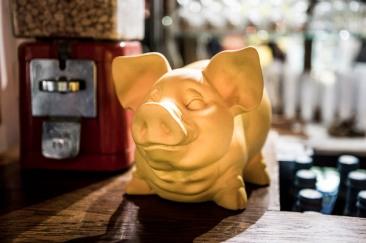 """23 septembre 2016, Lille (59), FRANCE. Une tirelire en forme de cochon est posée sur la comptoir de """"La Citadelle"""", le bar associatif de Génération Identitaire Flandres. Le groupe est connu pour sa soupe identitaire au cochon qu'ils ont distribué dans plusieurs villes de France."""