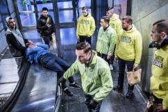 14 février 2017, Lille (59), France. Des militants de Génération Identitaire Flandres sont en maraude auprès de SDF dans les rues de Lille. Ils ne savent pas comment aider ces deux sans-abri trop saoûls, l'un essayant de réveiller l'autre en l'empêchant de respirer. Les jeunes bénévoles finissent par partir sans rien leur distribuer.