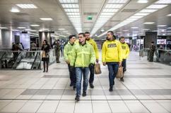 """14 février 2017, Lille (59), France. Des militants de Génération Identitaire Flandres sont en maraude auprès des SDF dans la gare de Lille sous l'appelation """"Génération solidaire"""". Ils réalisent également des """"tournées de sécurisation"""" alors que des militaires armés de FAMAS sont déjà sur les lieux."""