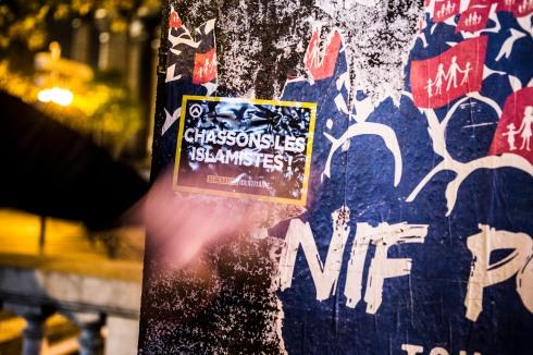 19 octobre 2016, Paris, France. Stickage, c'est à dire collage de stickers, du groupe d'extrême droite Génération Identitaire dans les rue de Paris. C'est une manière d'occuper l'espace public avec de la communication.