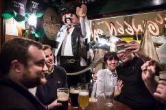 8 novembre 2016, Paris (75), FRANCE. A la fin du stickage dans les rues de Paris, les jeunes de Génération Identitaire partent boire un verre ensemble. Pinith réalise des selfies.