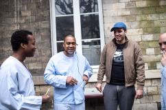 11 janvier 2019. Jérôme est dans la cour avec des amis, tous rencontrés au sein du secteur 15. Ils ont créé des liens de solidarité et partagent les problèmes liés à leur maladie. Loïc, à gauche, est hospitalisé. Alexandre, à droite, est venu en consultation externe.