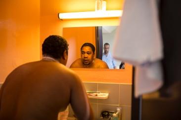 7 mai 2019. Jérôme est à nouveau au service ouvert. Il se prépare à une coupe de cheveux à la tondeuse dans sa salle de bain. Il vit à l'hôpital depuis 6 ans. Il y est comme chez lui, comme dans une nouvelle famille. Il connait les soignants et rigole avec tout le monde. Il est très attachant. La future rupture due au départ en foyer est d'autant plus anxiogène pour lui.