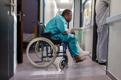 25 juillet 2019. Jérôme a encore essayé de fuguer. Il a sauté le grillage de l'enceinte de la cour. Il s'est immédiatement cassé la jambe. Il panique de plus en plus à l'approche du départ dans le foyer en Belgique.