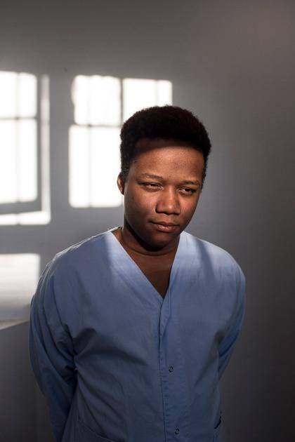 Loïc a 20 ans. Il est originaire d'Abidjan, en Côte d'Ivoire. Suite à plusieurs épisodes de délires, dans son pays natal puis en France, il a été diagnostiqué schizophrène. Sa maladie s'ajoute à une polytoxicomanie, une forme d'automédication pour masquer un temps les symptômes, mais qui finit par renforcer les épisodes de délires. Il a par exemple entendu le diable. Il est hospitalisé à Sainte-Anne depuis août 2018 suite à des vols chez sa mère. Elle l'aime beaucoup mais n'arrivait plus à s'en occuper.