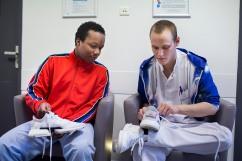 14 février 2019. Loïc passe au service ouvert. Un soignant l'aide à faire les lacets de ses chaussures qu'il peut à présent récupérer.